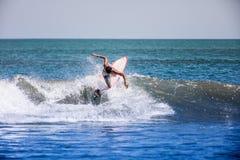 Surfen auf die Welle Lizenzfreie Stockbilder