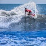 Surfen auf die Welle Lizenzfreie Stockfotos