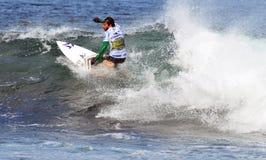 Surfen auf eine Welle lizenzfreie stockfotos