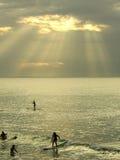 Surfen bei dem Sonnenuntergang Lizenzfreie Stockbilder