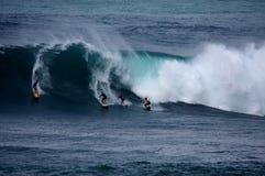 Surfen der großen Wellen am Waimea Schacht stockfotos