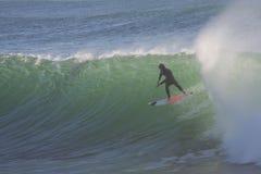 Surfen einer großen Welle lizenzfreies stockbild