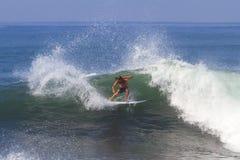 Surfen einer Welle. Stockfotos
