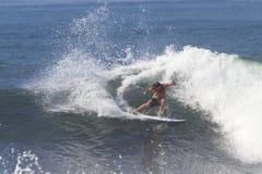 Surfen einer Welle. Lizenzfreie Stockfotos