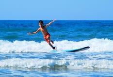 Surfen mit offenen Flügeln stockfoto