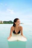 Surfen Sie die Frau, die auf Surfbrett in Waikiki, Hawaii surft lizenzfreies stockfoto
