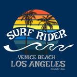 Surfen Sie Reiter Kalifornien-Typografie, T-Shirt Grafiken, Vektor forma Stockbilder