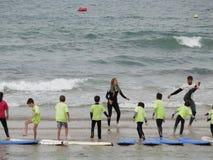 Surfen Sie Schule mit Kindern und Lehrern auf dem Strand Lizenzfreies Stockfoto