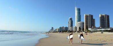 Surfen in Surfer-Paradies Queensland Australien stockbilder