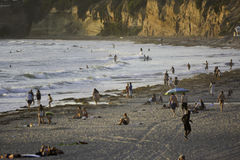 Surfend bij Vreedzaam Strand in San Diego, CA Royalty-vrije Stock Foto's