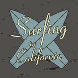 Surfend in de typografie van Californië voor ontwerpkleren, t-shirts, uitstekende kleding Stock Fotografie