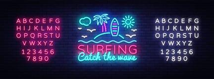 Surfend het ontwerpmalplaatje van het neonteken Het surfen Vangst het het neonembleem van de golfslogan, lichte banner De zomerco vector illustratie