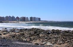 Surfend voor Punta del Este, Uruguay April 2017 Stock Afbeeldingen