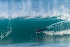 Surfende Bodyboarding-Wellen Stockbild
