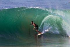 Surfende Fokus-Mitfahrer-Welle stockfoto