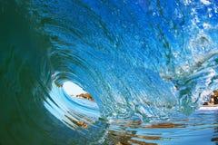 Surfende Röhrenwelle, die nahe dem Ufer in Kalifornien bricht stockbild