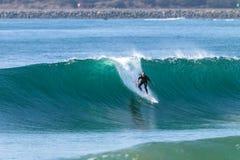 Surfende Surfer-Fahrwelle Stockfotos
