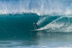 Surfende Surfer-Welle Stockfoto