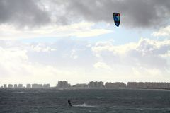 Surfende surfende Wellenmeereswellen des Drachens in der Seewindsport extremen surfenden Mittelmeerstrandnatur lizenzfreies stockfoto