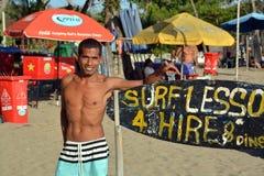 Surfender Lehrer auf dem Strand bei Legian Bali stockfotografie