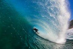 Surfender Surfer innerhalb des großen hohlen Wellen-Wasser-Fotos stockfoto