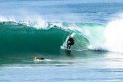 Surfender Surfer nimmt hohle Welle heraus Stockfoto