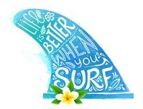 Surfendes Flossenschattenbild des blauen Aquarellartvektors mit weiße Hand gezeichneter Beschriftung und realistischer Bali-Blume Lizenzfreies Stockbild