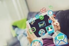 Surfendes Internet mit digitaler Tablette auf Couch Stockfotografie