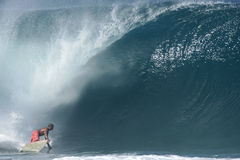 Surfer à la canalisation de Banzai image libre de droits