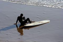 Surfer à la plage Image libre de droits