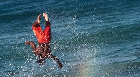 Surfer éclaboussé par l'onde Images libres de droits