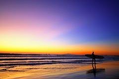 Surfer και ηλιοβασίλεμα Στοκ εικόνα με δικαίωμα ελεύθερης χρήσης