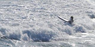 Surfer και το δραματικό κύμα στην παραλία Σίδνεϊ Αυστραλία Bondi Στοκ Φωτογραφία