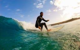 Surfer κατά τη διάρκεια μιας περιόδου άσκησης Στοκ Εικόνα