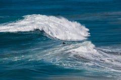 Surfer μεταξύ των κυμάτων στον πίνακα στοκ φωτογραφία