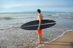 Surfer με τον πίνακα Στοκ φωτογραφία με δικαίωμα ελεύθερης χρήσης