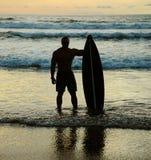 Surfer με τον πίνακα Στοκ Εικόνα
