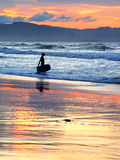 Surfer με τον πίνακα boogie στο ηλιοβασίλεμα Στοκ φωτογραφία με δικαίωμα ελεύθερης χρήσης