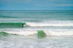 Surfer που γλιστρά το κύμα Στοκ φωτογραφία με δικαίωμα ελεύθερης χρήσης