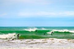 Surfer που γλιστρά το κύμα Στοκ Εικόνες