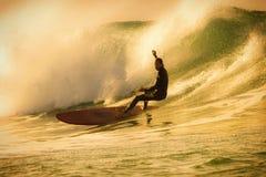 Surfer που οδηγά το μεγάλο σπάζοντας κύμα στοκ εικόνες
