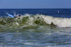 Surfer που οδηγά το μεγάλο ωκεάνιο κύμα στο χρόνο ημέρας Στοκ Φωτογραφία
