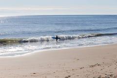 Surfer που παίρνει έτοιμο να οδηγήσει τα κύματα στην παραλία Santa Cruz Στοκ εικόνα με δικαίωμα ελεύθερης χρήσης