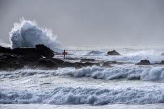 Surfer που περιμένει ένα σπάσιμο στα κύματα Στοκ Φωτογραφίες