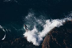 Surfer που πηδά στα κύματα του ωκεανού στοκ φωτογραφίες με δικαίωμα ελεύθερης χρήσης