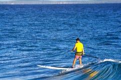 Surfer σε έναν όρθιο πίνακα κουπιών Στοκ Φωτογραφία