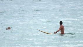 Surfer στα κύματα φιλμ μικρού μήκους