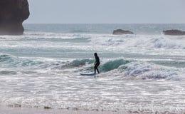 Surfer στην παραλία Arrifana στην Πορτογαλία Στοκ φωτογραφία με δικαίωμα ελεύθερης χρήσης