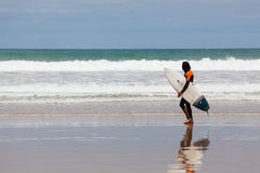 Surfer στην παραλία σε Torquay, Αυστραλία Στοκ Φωτογραφία
