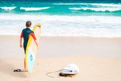 Surfer στην παραλία Στοκ φωτογραφίες με δικαίωμα ελεύθερης χρήσης